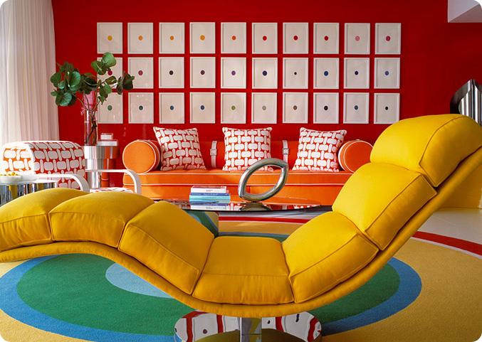 дизайн гостиной, интерьер гостиной в стиле поп-арт, красный в интерьере, дизайн интерьера гостиной, белый пол в интерьере, гостиная молодой семьи