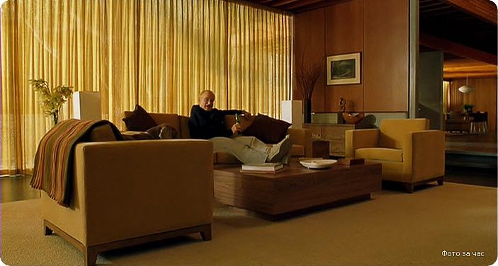 дизайн интерьера гостиной из фильма Фото за час, современная гостиная, дизайн интерьера в современном стиле, теплые тона в интерьере, желтый в интерьере, стеновые панели