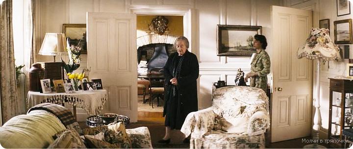 дизайн интерьера гостиной из фильма Молчи в тряпочку,спальня гостиная в стиле кантри, дизайн интерьера загородного дома, теплые тона в интерьере, обои с мелким рисунком