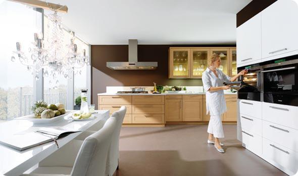 дизайн кухни, интерьер кухни в стиле фьюжн, смешение стилей в интерьере, дизайн интерьера кухни, стол у окна, белая кухня в интерьере, люстра над столом, дизайн интерьера квартир в Москве