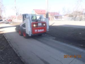 Очистка тротуаров по ул. Мориса Тореза