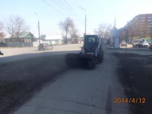 Очистка тротуаров по ул. Мориса Тореза (3)