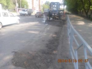 Уборка зимних накоплений по улице Промышленности (2)