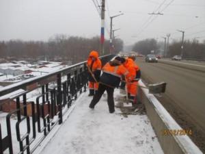 Очистка тротуара от сннега вручную путепровод 22 Партсъезда (1)