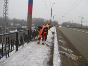 Очистка тротуара от сннега вручную путепровод 22 Партсъезда (3)