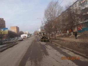 Очистка прилотковой части от зимних накоплений ул. Партизанская (1)