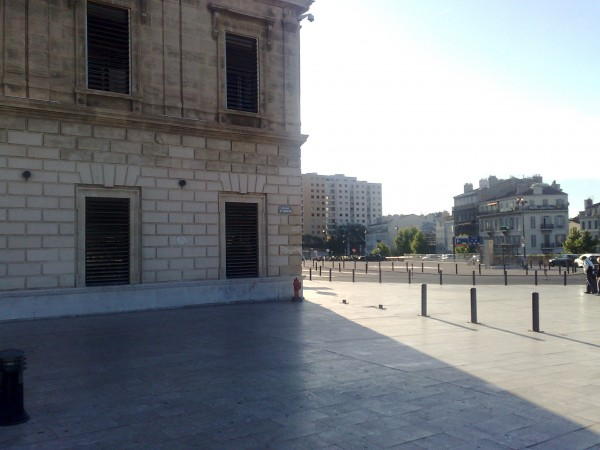 Табличка на здании вокзала Saint-Charles, Marseille, 23 мая 2015 года