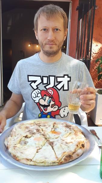 В футболке Марио в пиццерии 8 с коллегами на обеде ем их Провансаль и пью пиво