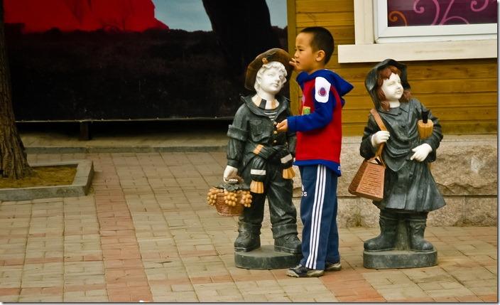 Діти в зоопарку
