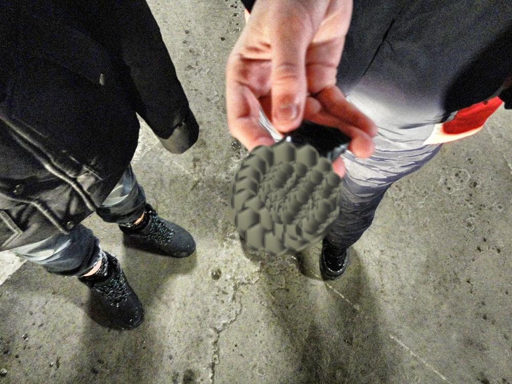 Подростки опустошают тележки в МЕГЕ