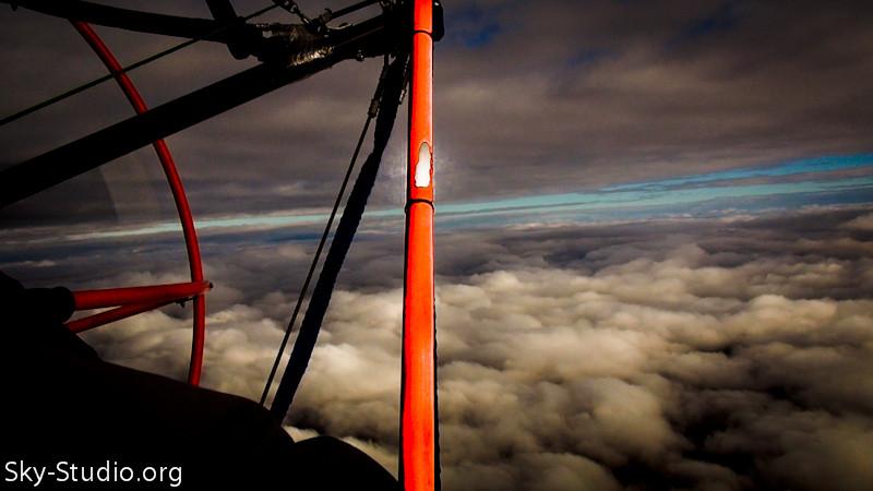 в полете над облаками