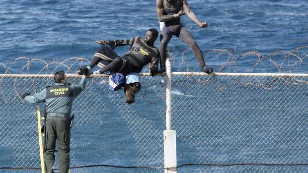 180-afrikaner-stuermen-in-ceuta-auf-spanisches-gebiet-image_620x349