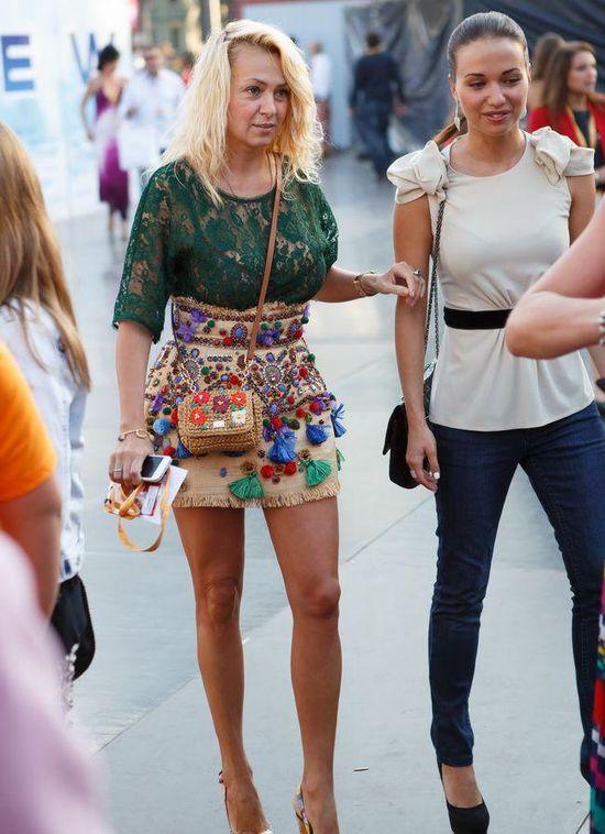 Прикольная блондинка в короткой юбке