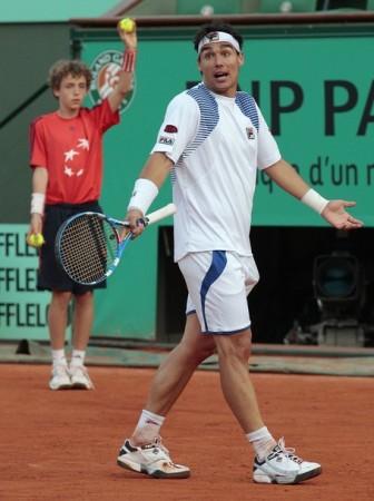 теннисистка поправляет трусы