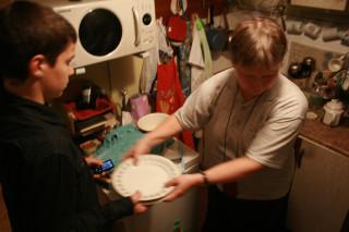 Саша помогает бабушке Свете