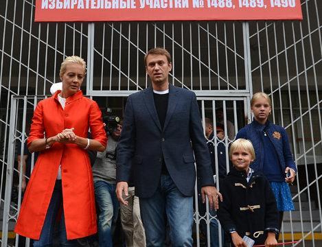 Навальный на выходе с избирательного участка