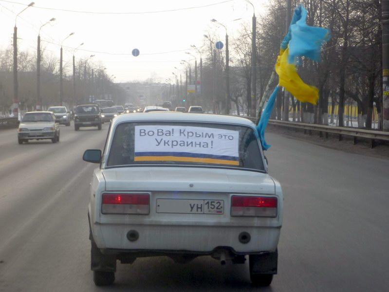 2014-03-02 Автомобиль с флагом Украины