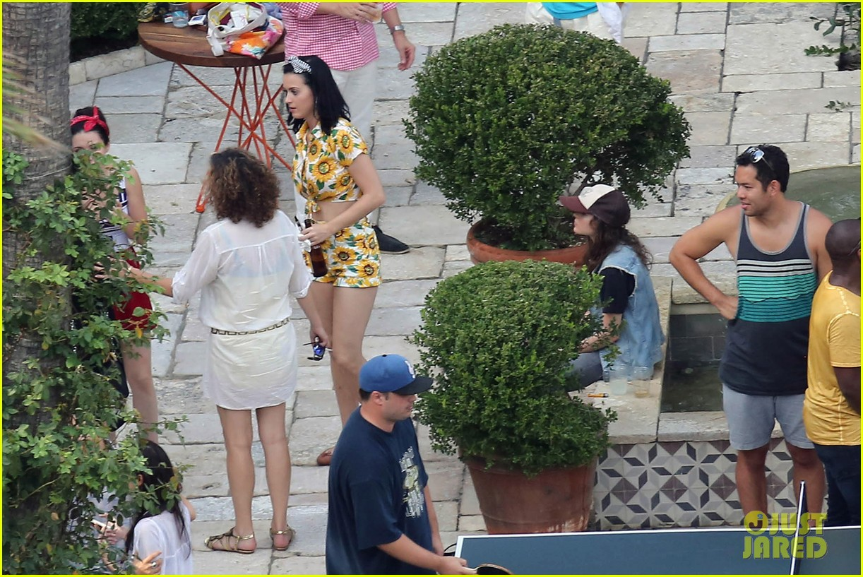 katy-perry-labor-day-house-party-with-shannon-woodward-23