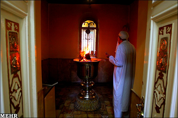 Зороастриец поклоняется огню. Иран