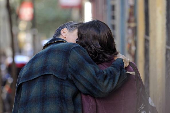 Viggo kissing Ariadna Gill (paparazzi photo)