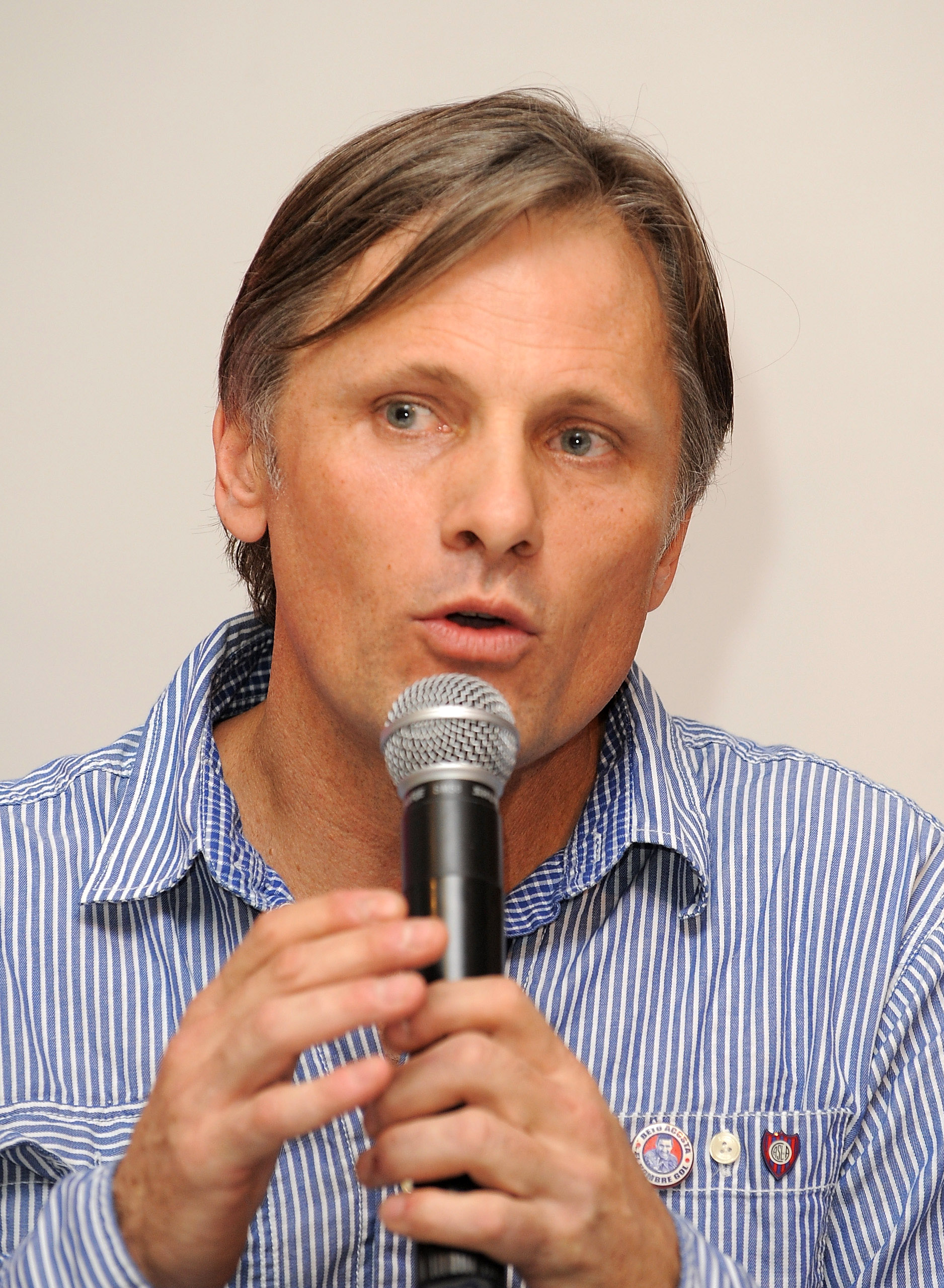 Viggo at poetry reading in Argentina