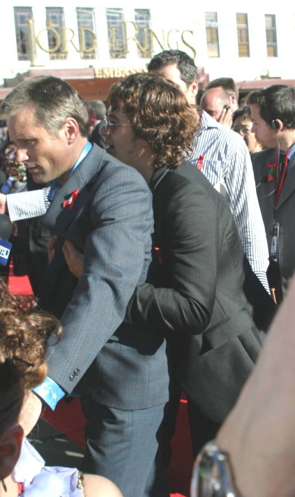 Orlando hugging Viggo 2