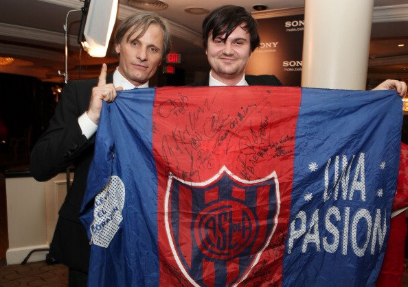 Viggo and Henry with San Lorenzo flag at the Golden Globes