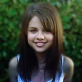 Selena-outside-her-house-RARE-selena-gomez-11748073-453-604