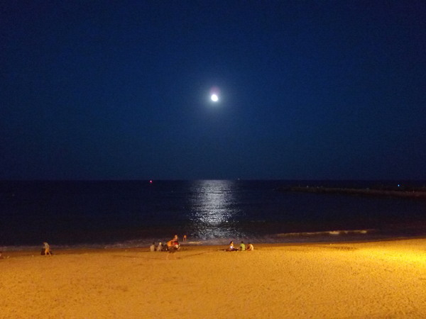 Луна и пляж