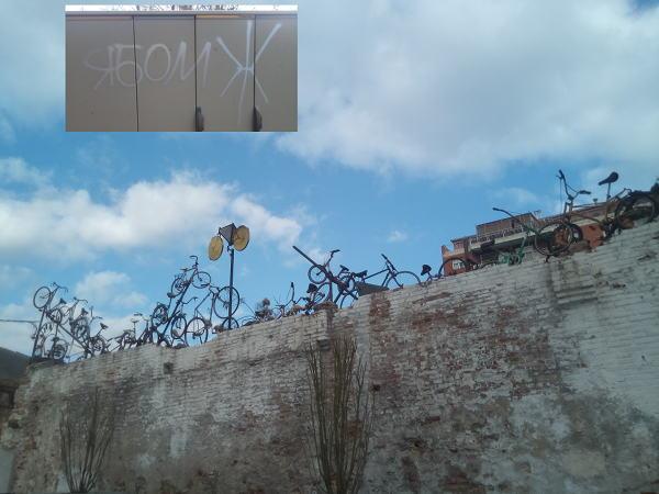 Памятник одержимости велосипедами. В углу слева— фотография трансформаторной будки по адресу Gran Via de Corts Catalanes, угол Monteriol.