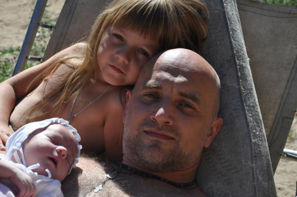 Девушка с двумя попами