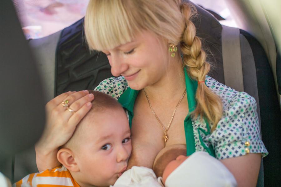 Сосет грудь мамы