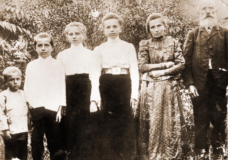 Семья Н.А. Островского, справа налево: Александр Иванович, Ольга Осиповна, Надежда, Екатерина, Дмитрий, Николай. Село Вилия, 1908 г.