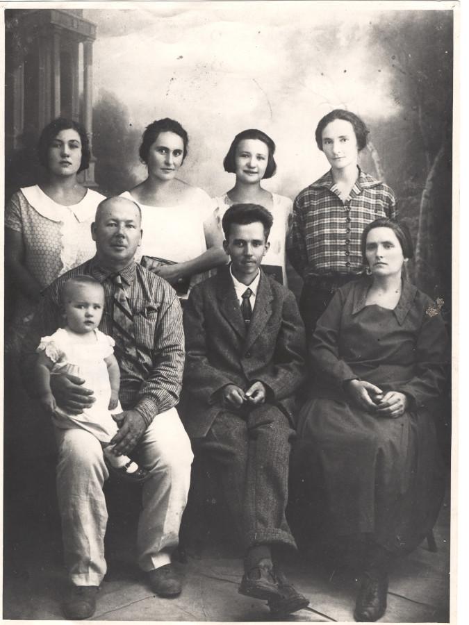 В семье Мацюк: Н. Островский сидит в первом ряду, в центре; стоит крайняя слева – Раиса Мацюк – будущая жена писателя. г. Новороссийск, 1926 г.