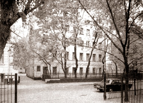 Дом в Пречистинском (б. Мёртвом) переулке на Арбате, где жил Н. Островский после переезда в Москву (1930-1932). Здесь он написал первую часть романа