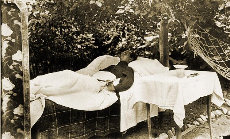 Н. Островский в саду дома № 47 по улице Ореховой. г. Сочи, 1934 г.