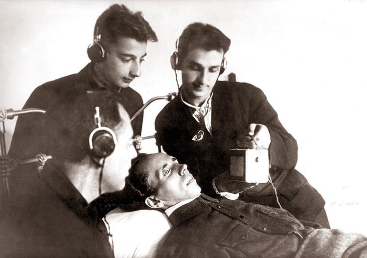 Николай Островский выступает по радио. Сочи, 1935 г.