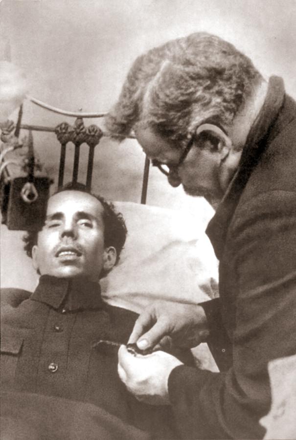 Г.И. Петровский – один из председателей ЦИК Союза ССР – прикрепляет орден Ленина Николаю Островскому. г. Сочи, ноябрь 1935 г.