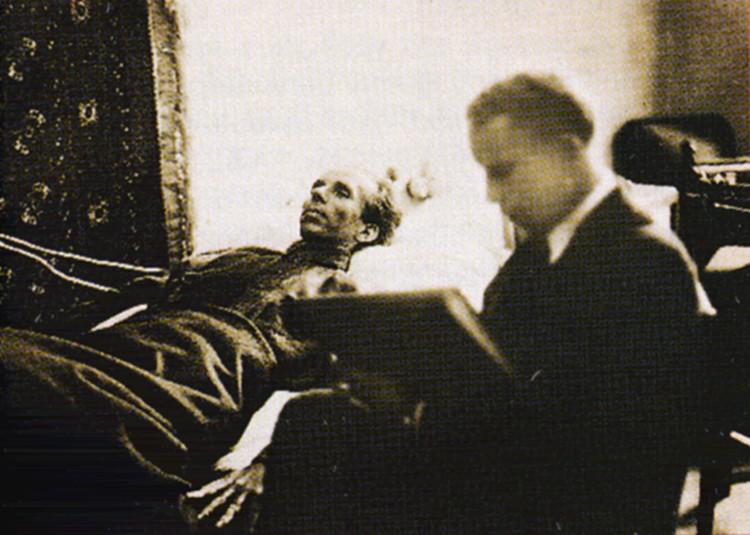 Художник А. Яр-Кравченко рисует Н.А. Островского в кабинете московской квартиры, 1936 г.