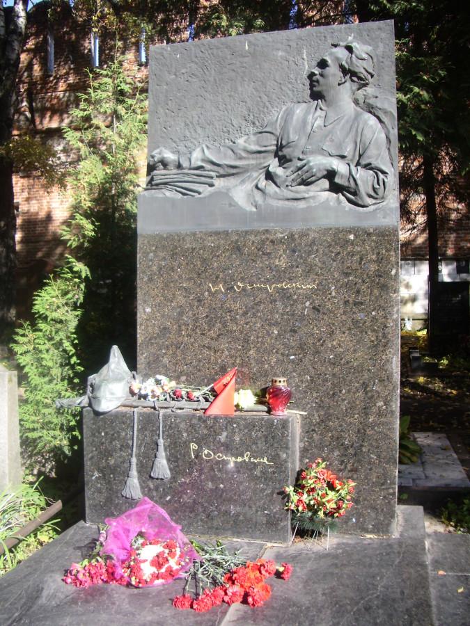 Памятник на могиле Н. Островского. Скульптор В.Е. Цигаль. Москва. Новодевичье кладбище.