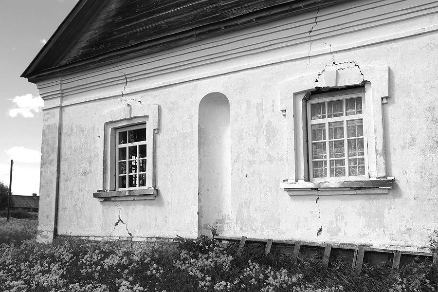 066. Приделы на фасаде разделены нишей.