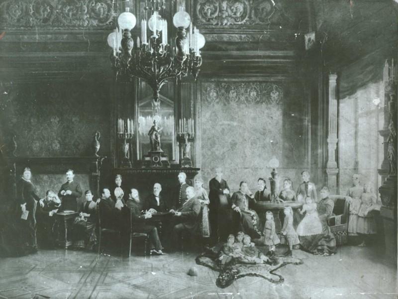 Иван Артемьевич Лямин с семьей в своем доме на Большой Ордынке.
