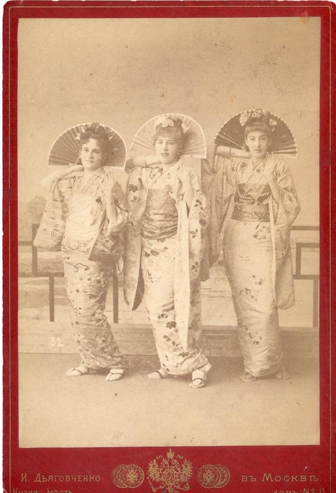 Исполнительницы оперетты «Микадо». 1887г. Фотография из фонда Музея предпринимателей, меценатов и благотворителей.