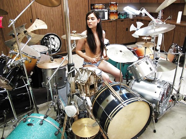Играет сиськами на барабанах