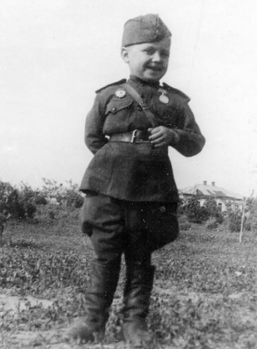 Шестилетний гвардии рядовой Сергей Алешков