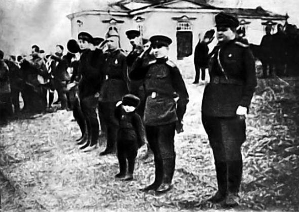Церемония награждения Сергея Андреевича Алешкова медалью За боевые заслуги 1943 год