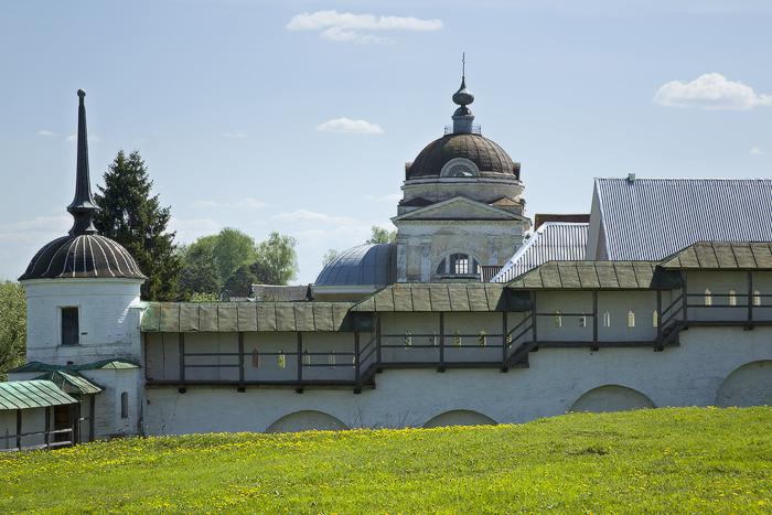Борисоглебский мужской монастырь. вид на Воскресенскую церковь за пределами монастыря.jpg