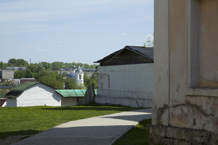 Борисоглебский мужской монастырь. вид на Никольскую церковь за пределами монастыря.jpg
