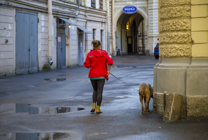дом учёных им. М. Горького. двор. внутренний корпус. жёлтые резиновые сапожки.jpg