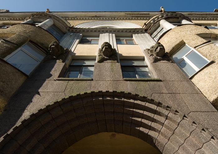 дом-фабриканта-Матти-Пиетинена.-маскароны-над-аркой.jpg